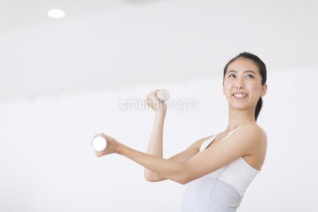 ダンベルで運動をする女性の写真素材 [FYI02973712]