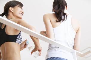 フィットネスジムで休憩する女性2人の後ろ姿の写真素材 [FYI02973713]