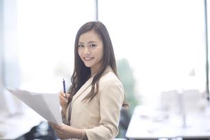 資料を持つビジネス女性の写真素材 [FYI02973717]