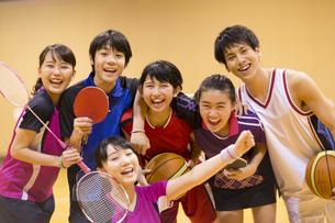 ラケットやボールを持って笑う学生たちの写真素材 [FYI02973718]