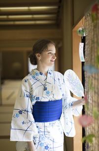 うちわで扇ぐ浴衣を着た外国人観光客の写真素材 [FYI02973723]