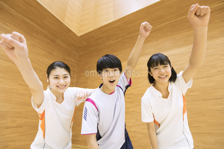 ガッツポーズをする男子学生と女子学生たちの写真素材 [FYI02973729]