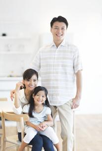 ダイニングテーブルで笑い合う家族の写真素材 [FYI02973733]