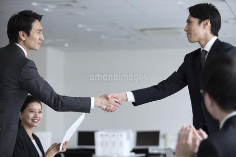 会議で握手をする2人のビジネス男性の写真素材 [FYI02973735]
