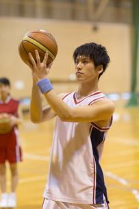 バスケットボールをする男子学生の写真素材 [FYI02973736]