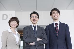 横並びで立つ3人のビジネス男女の写真素材 [FYI02973738]