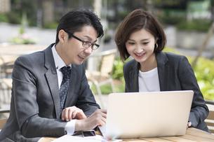 ノートパソコンを見る2人のビジネス男女の写真素材 [FYI02973739]