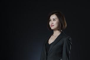 上を見上げるビジネス女性の写真素材 [FYI02973744]