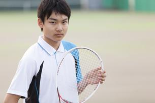 テニスラケットを持つ男子学生の写真素材 [FYI02973748]