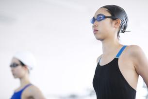 水泳をする女子学生の写真素材 [FYI02973750]