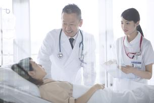 入院患者を診察する男性医師と女性看護師の写真素材 [FYI02973751]