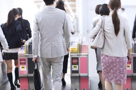 駅の改札を通過する人々の写真素材 [FYI02973752]