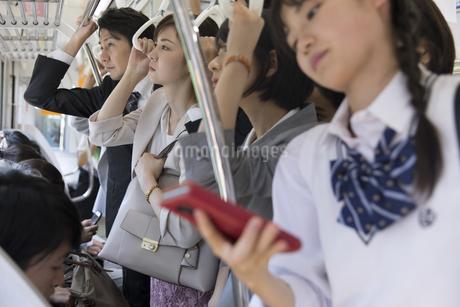 満員電車の車内の写真素材 [FYI02973753]