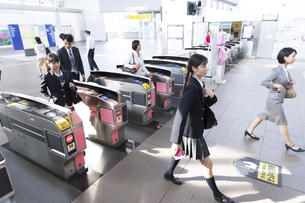 駅の改札を通過する人々の写真素材 [FYI02973756]