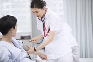 血圧を測る女性看護師の写真素材 [FYI02973757]