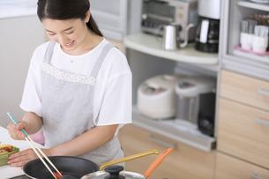 お弁当を作る女性の写真素材 [FYI02973759]