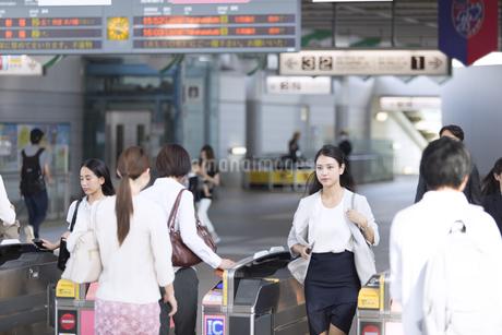 駅の改札を通過するビジネス女性の写真素材 [FYI02973761]