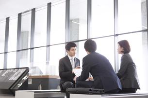 打ち合わせをする3人のビジネス男女の写真素材 [FYI02973763]