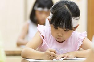 塾の合宿で授業を受ける女の子の写真素材 [FYI02973766]