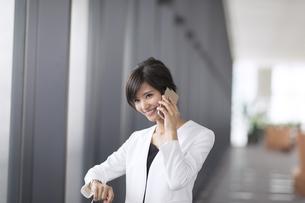 スマートフォンで通話するビジネス女性の写真素材 [FYI02973767]