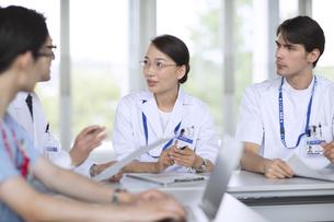 会議中の医師たちの写真素材 [FYI02973777]