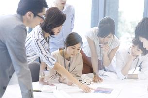 会議中のビジネスマンの写真素材 [FYI02973782]