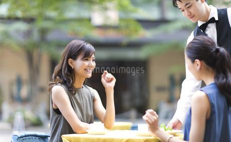 オープンカフェで食事をする女性2人の写真素材 [FYI02973783]