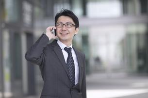 スマートフォンで通話するビジネス男性の写真素材 [FYI02973784]