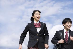 青空をバックに走る高校生たちの写真素材 [FYI02973785]
