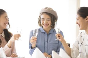 乾杯をする3人の女性の写真素材 [FYI02973788]