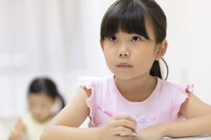 塾で授業を受ける女の子の写真素材 [FYI02973789]