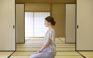 畳に正座をする外国人女性の写真素材 [FYI02973795]