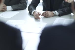 会議中のビジネス男性の手元の写真素材 [FYI02973804]