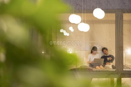 ベッドでくつろぐ夫婦の写真素材 [FYI02973809]