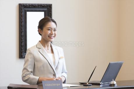 フロントに立つコンシェルジュの女性の写真素材 [FYI02973811]