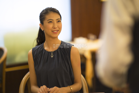 レストランで注文をする女性と店員の写真素材 [FYI02973817]