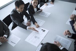 会議中のビジネスマンの写真素材 [FYI02973818]