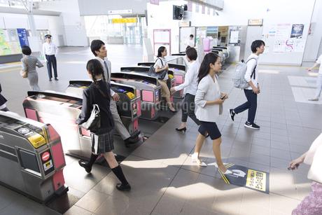駅の改札を通過する人々の写真素材 [FYI02973819]