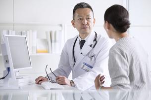 患者に問診をする男性医師の写真素材 [FYI02973821]
