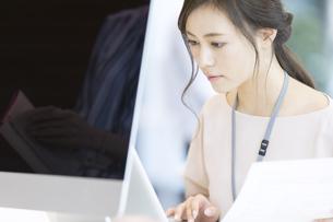 PCを見るビジネス女性の写真素材 [FYI02973825]