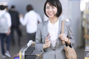 駅の改札を通過するビジネス女性の写真素材 [FYI02973826]