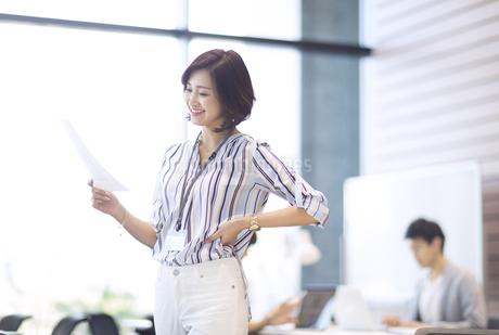 資料を持つビジネス女性の写真素材 [FYI02973830]