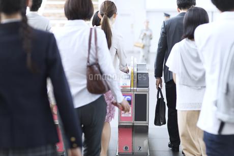 駅の改札を通過する人々の写真素材 [FYI02973832]
