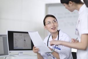 打ち合わせをする医師と看護師の写真素材 [FYI02973833]