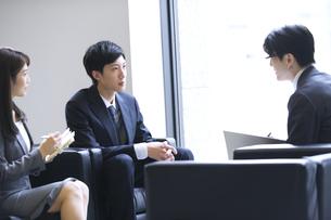 打ち合わせをするビジネス男女の写真素材 [FYI02973834]