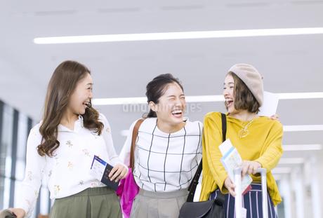 旅行中の女性3人の写真素材 [FYI02973838]