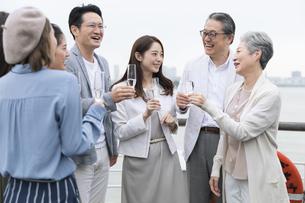 シャンパンを持ち会話をする人々の写真素材 [FYI02973840]