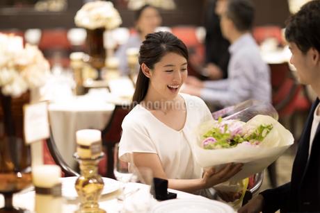 花束をもらい喜ぶ女性の写真素材 [FYI02973841]
