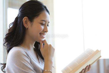 本を読む女性の写真素材 [FYI02973842]