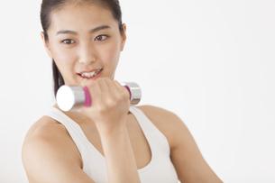 ダンベルで運動をする女性の写真素材 [FYI02973843]